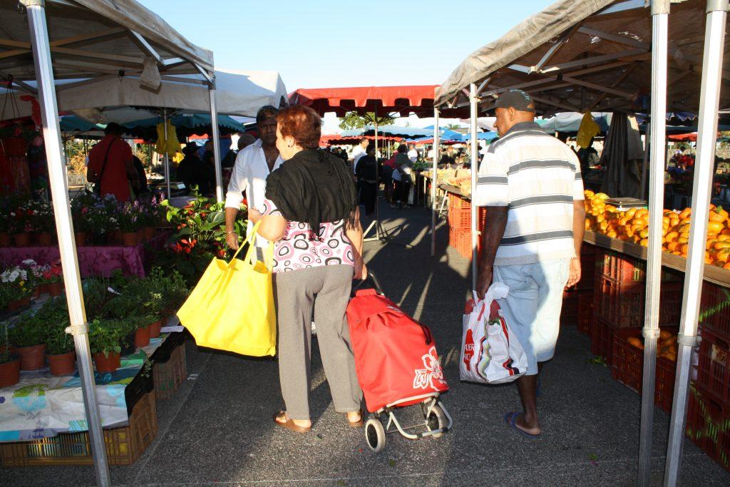 Certains usagers du marché utilisent déjà des sacs réutilisables ou le caddie