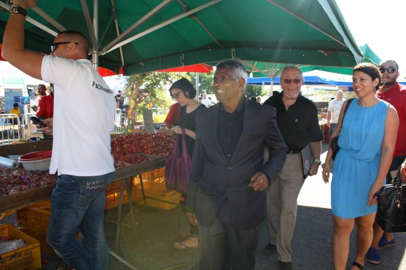 Visite des forains dans les allées du marché
