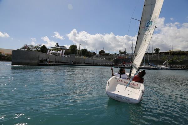 Lino, parrain de Cap à l'Ouest goûte avec Brice à la liberté en mer à bord du voilier accessible Néo 495.