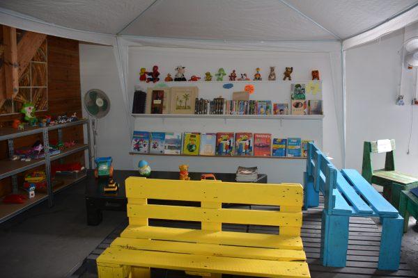 Vous trouverez une belle bibliothèque dès l'entrée de la recyclerie, avec du mobilier fabriqué à partir de palettes. La culture est à portée de tous !